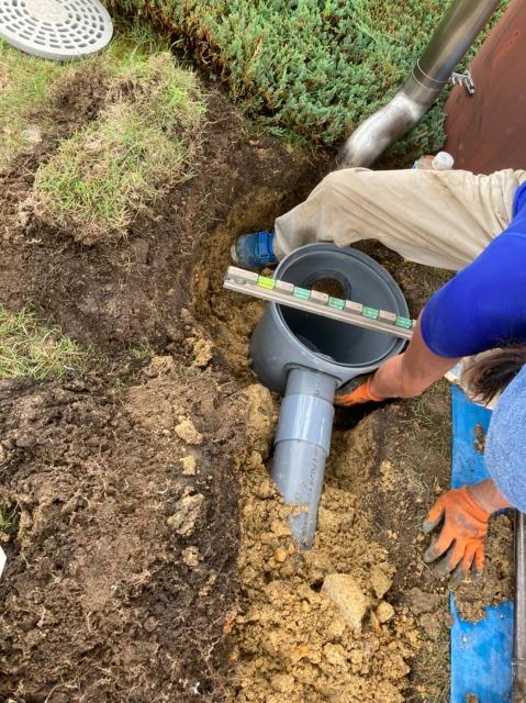 排水管を設置する人