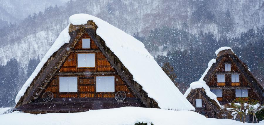 冬の茅葺屋根