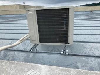 屋根の上の室外機