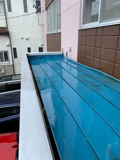 多治見市で会社玄関の金属屋根の経年劣化による雨漏りを修繕しました