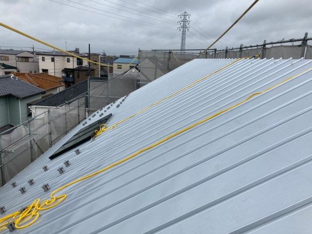 足場にロープがかけてある屋根