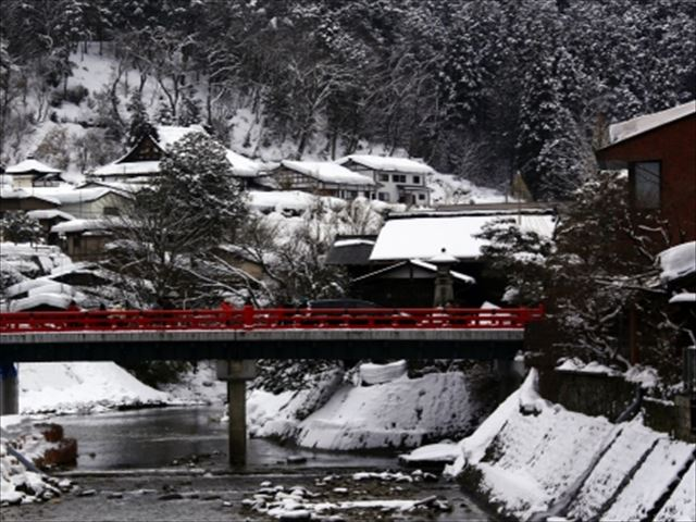 高山 赤い橋