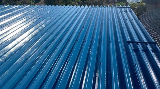 先日塗装工事をした折板屋根に太陽光発電を設置してきました