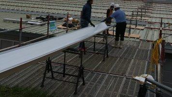 ガルバリウム鋼板を運ぶ人