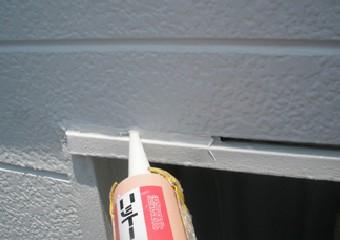外壁と同じ色のコーキング材で隙間を埋めていく
